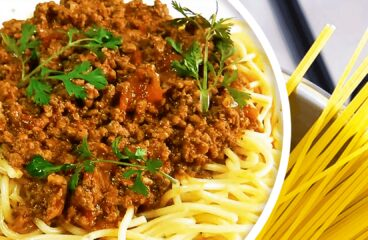 Spaghete Bolognese (Paste cu Carne Tocată și Sos de Roșii în 9 Pași)<span class=