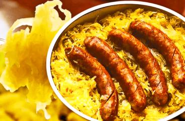 Cârnați la Cuptor cu Cartofi și Varză Murată (Mâncare de Varză cu Cârnați la Cuptor în 8 Pași)<span class=
